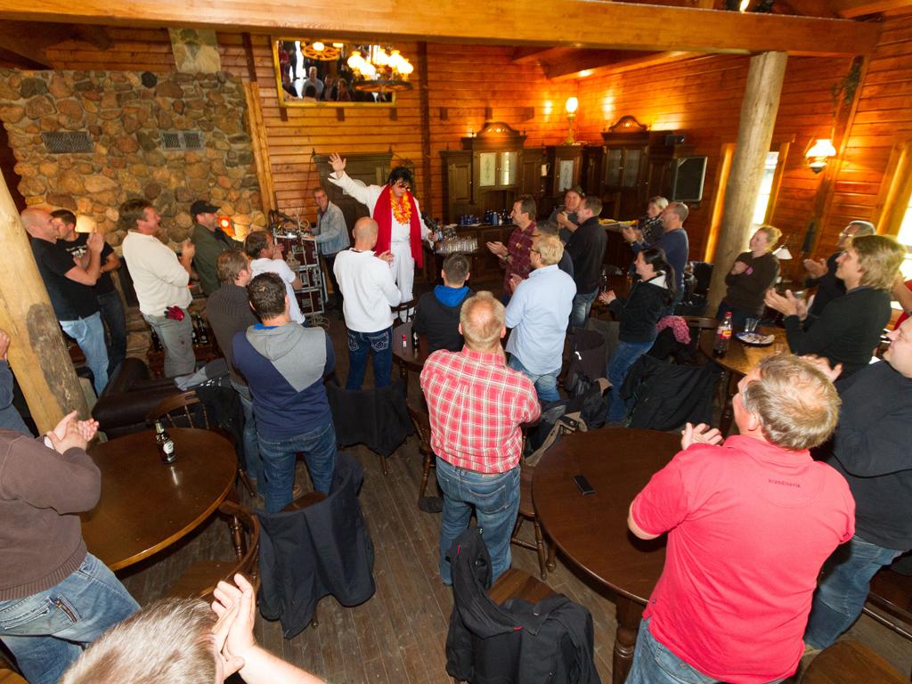 """Elvis"" is in the building: Comedian Bernd Kroll im Haupthaus der MQ Ranch"