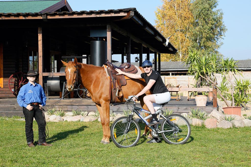 Vom Sattel in den Sattel: Zur Abwechslung können Fahrradtouristen vom Fahrrad auf den Pferderücken umsteigen!