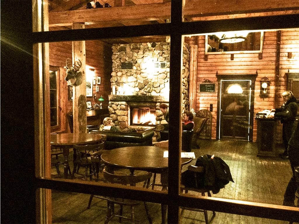 Wie in einer US Lodge:  Blick durchs Fenster auf den Kamin im MQ Ranch Haupthaus