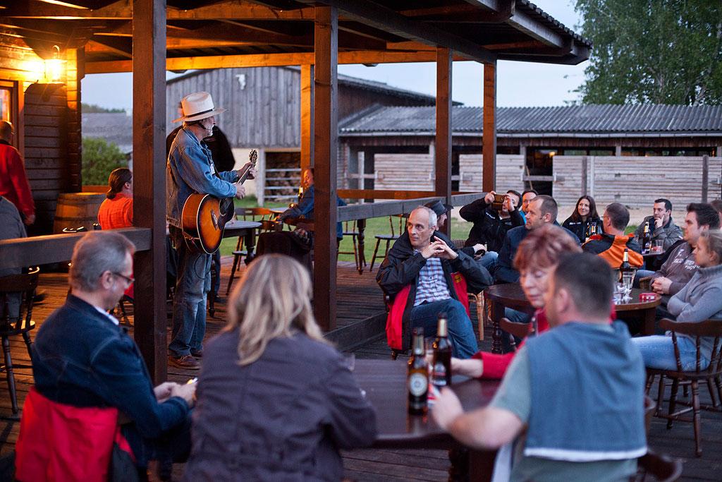 Country-Sänger auf der Haupthaus-Terrasse der MQ Ranch