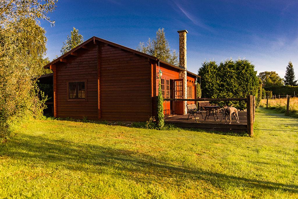 Ferienidylle im Westernstil, unser Blockhaus mit Terrasse und Ausblick auf die Koppel