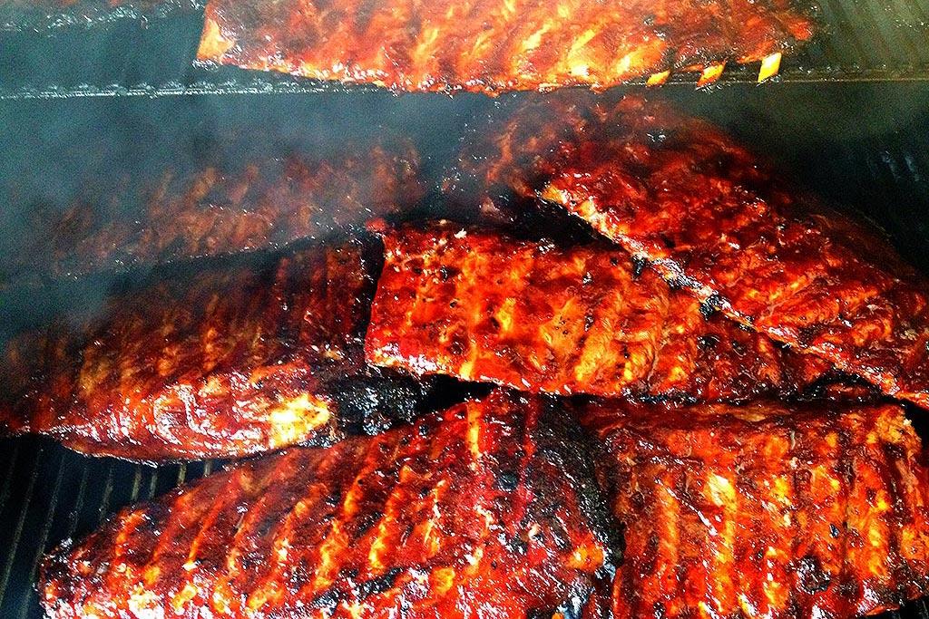 MQ Ranch BBQ - Ribs im Smoker