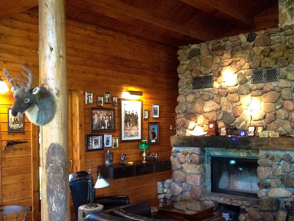 Das Haupthaus der MQ Ranch wird mit Stil geheizt: Unser Naturstein-Kamin ist ein echtes Unikat